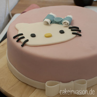 anleitung einen hello kitty aufleger f r torten aus fondant machen cake invasion. Black Bedroom Furniture Sets. Home Design Ideas