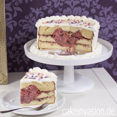 Ein Kuchen Mit Einem Herz Nach Dem Anschneiden Cake Invasion
