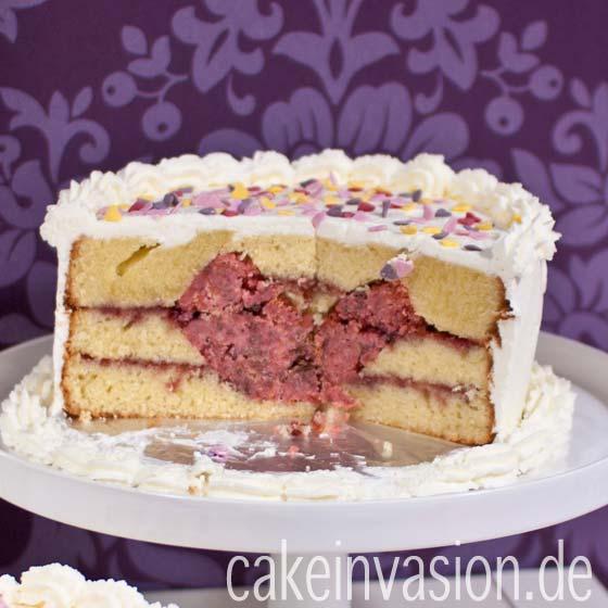 ein kuchen mit einem herz nach dem anschneiden cake invasion. Black Bedroom Furniture Sets. Home Design Ideas