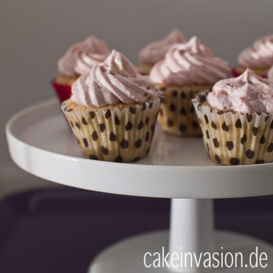Holundercupcakes mit Himbeerhaube (vegan, laktosefrei)
