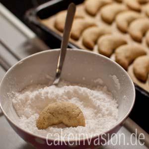 Vanillekipferl in Zuckermischung wenden