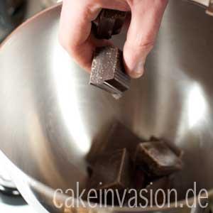 Schokolade in die Rührschüssel geben
