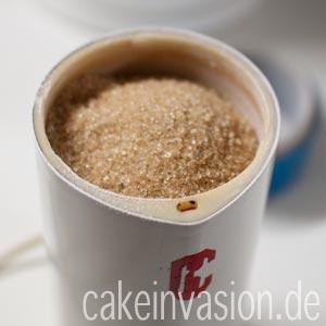 Tipp: Wenn ihr wollt, könnt ihr den Rohrzucker, der ja auch meistens größere Körner hat als der Haushaltszucker, in einer Kaffeemühle kurz kleinmahlen.