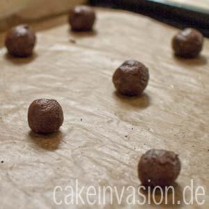Cookie-Kugeln auf das Backblech setzen