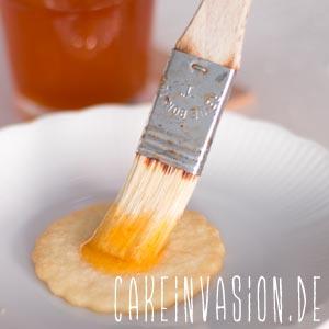 Plätzchen mit Marmelade bepinseln