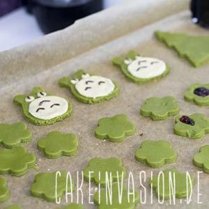 Sehr schön machen sich Matcha-Cookies übrigens auch als Tannenbaum ausgestochen!