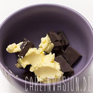 Schokolade, Pflanzenmilch und Margarine schmelzen