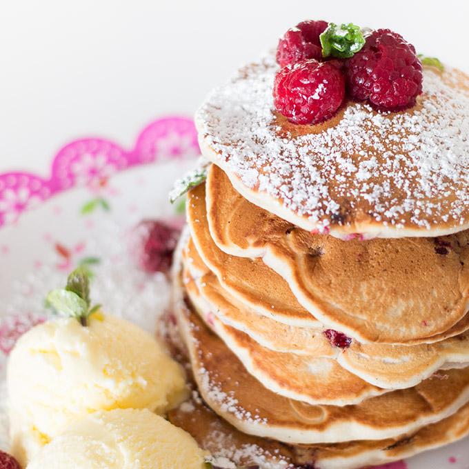 Sehr lecker schmecken diese Pancakes auch mit einer Kugel Eis, z.B. Soja-Vanille-Eis und ein bisschen Minze als Frische-Kick