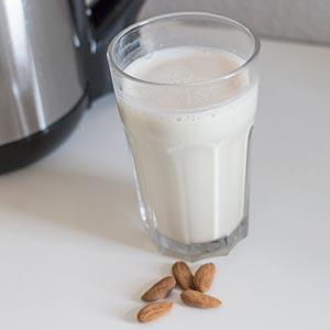 Selbstgemachte Mandelmilch mit dem Vegan Star Vital Sojamilchmacher von Keimling