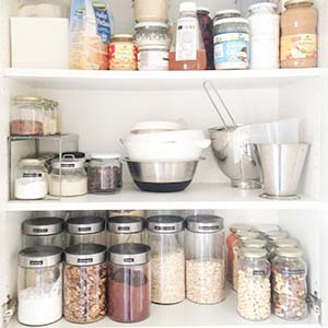 Das Bild ist schon älter, unser Küchenschrank sieht inzwischen definitiv produktfreier aus :P