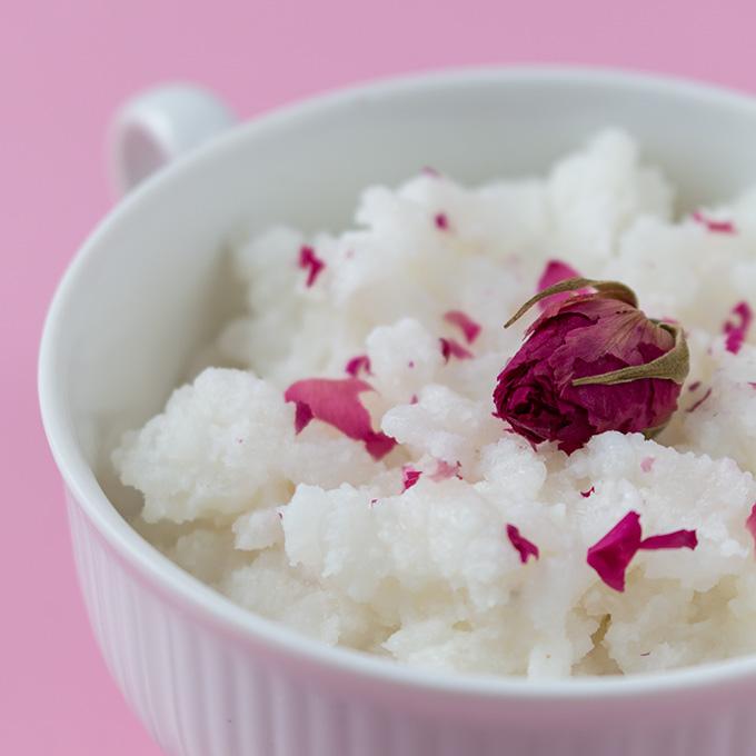 Indischer Milchreis mit Rosenwasser und Kardamon